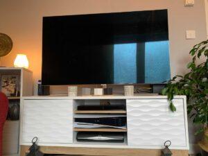 【画像】PS5はコンパクトだから一般的なテレビ棚に収納できる